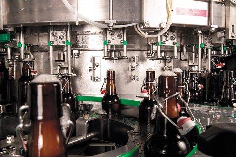 Flaschenabfüllung in der Brauerei Faust